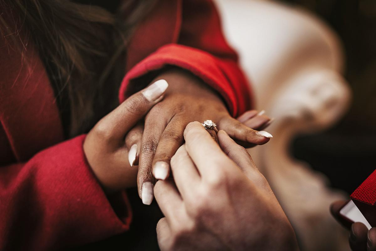 Proposta di matrimonio a tema san Valentino all'Atelier Bonetto di Chieri, Riccardo infila l'anello a Nina