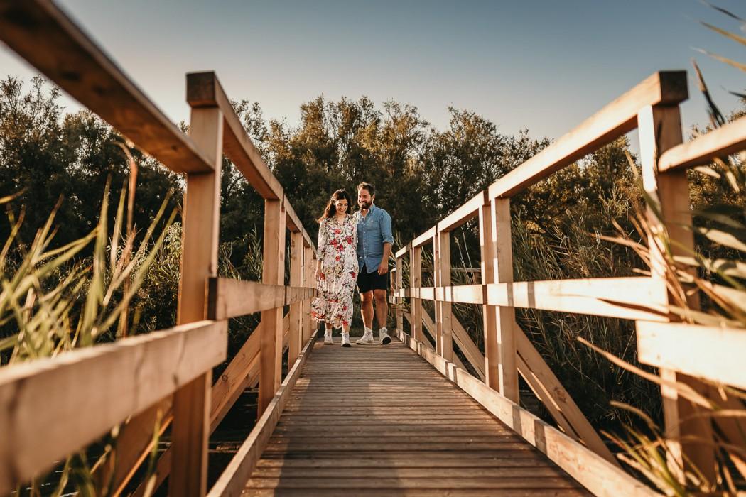 Fotografia-di-coppia-nella-Laguna-del-delta-del-Po-a-Codigoro-Oasi-di-Canneviè-golde-hour-ora-dorata