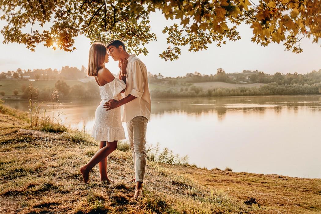 Proposta-di-matrimonio-in-stile-bohochic-al-lago-di-Arignano-al-tramonto