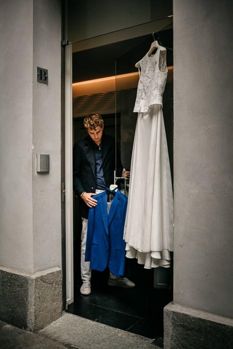 Matrimonio al The Number 6 di Torino, palazzo Valperga Galleani, preparazione dello sposo, giacca blu elettrico di Maura Brandino