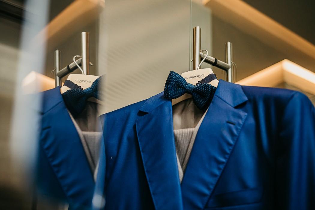 Matrimonio al The Number 6 di Torino, palazzo Valperga Galleani, abito dello sposo, giacca blu elettrico di Maura Brandino e papillon