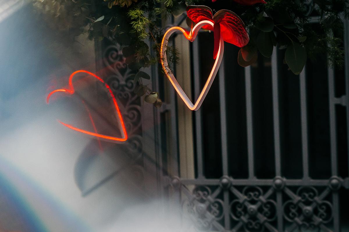 matrimonio a Torino al The Number Six di Via Alfieri 6, cuori al neon