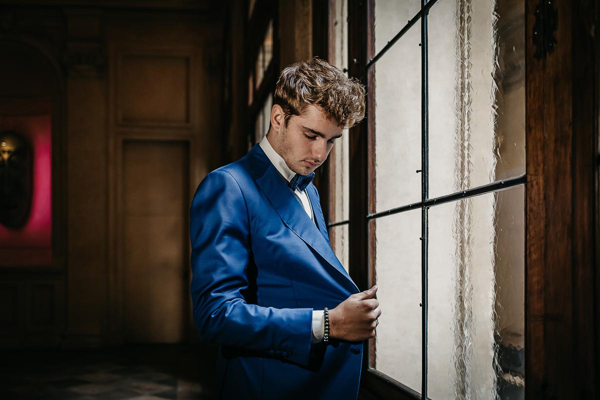 matrimonio a Torino al The Number Six di Via Alfieri 6, sposo, giacca blu elettrico di Maura Brandino