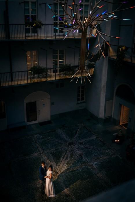 Matrimonio al The Number 6 di Torino, palazzo Valperga Galleani, sposi di sera, flash off camera