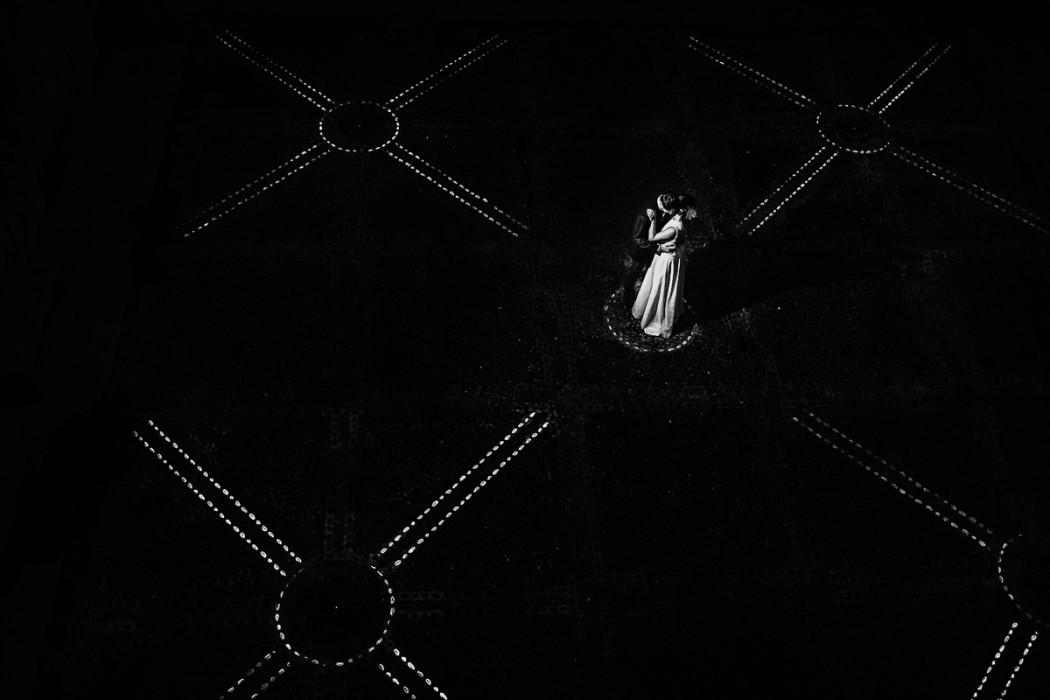 Matrimonio al The Number 6 di Torino, palazzo Valperga Galleani, sposi di sera, flash off camera, ciotola luminosi nel cortile